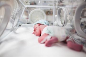 Пупочная грыжа у новорожденных мальчиков, девочек: фото, симптомы, лечение