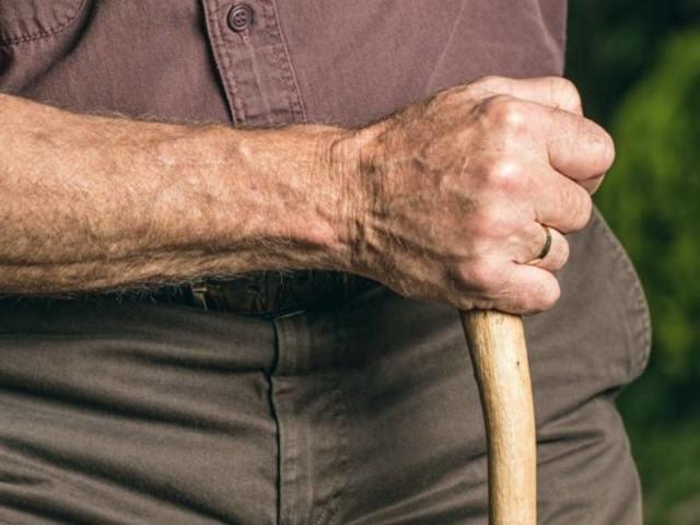 Перелом шейки бедра у пожилых людей: причины, симптомы, способы лечения и прогноз