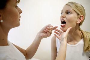 Болит горло больно глотать, чем лечить в домашних условиях? Что делать, если сильно болит горло температуры нет